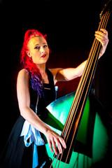 Rock'n'Roll Sängerin mit roten Haaren und  Kontrabass