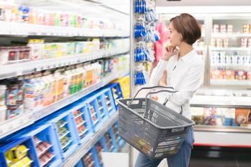 買い物をする若い女性