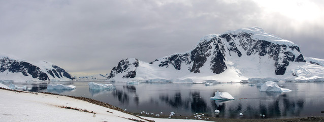 Fotobehang Antarctica Antarctic seascape with reflection