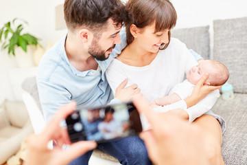 Eltern und ihr kleines Baby werden fotografiert