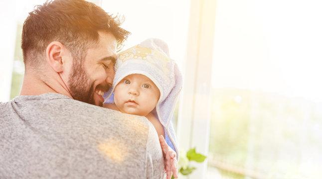 Stolzer Vater trägt sein Baby nach dem Baden