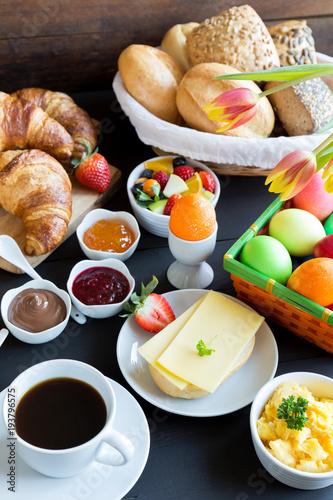 Gedeckter Frühstückstisch Zu Ostern