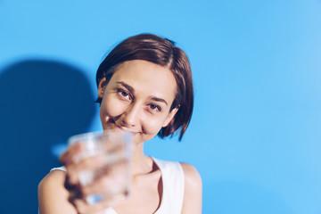 水を手渡す女性(水分補給のイメージ)