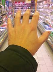 Fare la spesa al supermercato - consumismo