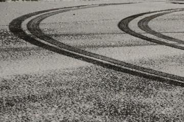 Tracce pneumatici di un camion lasciate sulla strada ricoperta dalla neve e dal ghiaccio