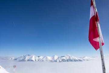 Winterpanorama mit schneebedeckten Bergen