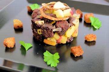 Blutwurst-Concassée mit Zwiebeln und Äpfeln