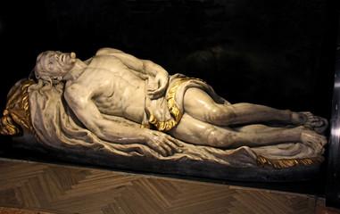 Cristo nel sepolcro; statua in marmo nella chiesa di San Fedele a Milano