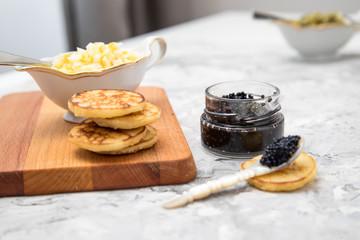 Blinis mit Kaviar, Ei, Saure Sahne und Zwiebel Gurken Relish