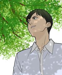新緑を見上げる男性