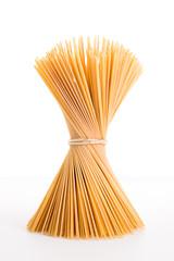 Mazzo di spaghetti su sfondo bianco