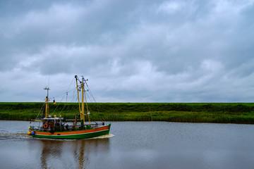 Fischkutter kehrt zurück in den Hafen