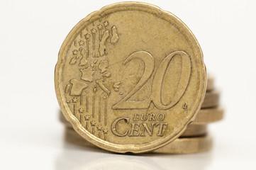 Detalle de moneda de 20 céntimos sobre fondo blanco
