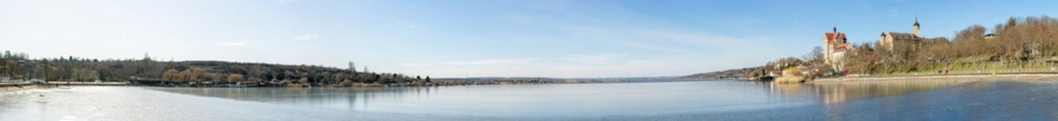 Riesiges Panorama der Uferpromenade am Süßen See in Seeburg in Deutschland