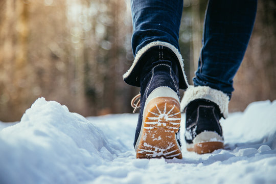 Winterstiefel einer jungen Frau, Winter, Froschperspektive