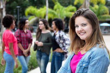 Junge Frau aus Deutschland mit Gruppe Freundinnen
