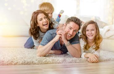 Familie zu hause auf dem Fußboden