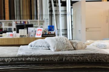 Fototapeta Dywany, poduszki i koce w sklepie. obraz
