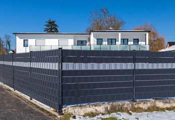 Sichtschutzwand aus Gitterzaun und Stoffband