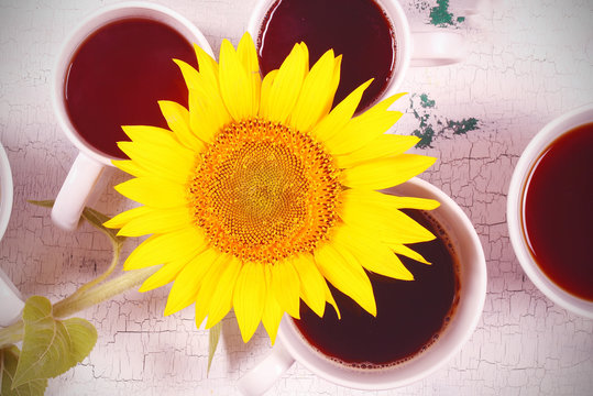 Кружки с кофе и чаем стоят на рабочем столе