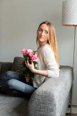 Junge Frau mit Blumenstrauß aus Rosen