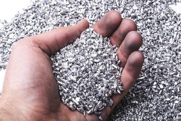 Hand mit Silber/Aluminium Granulat