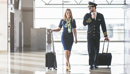 Pilot and flight attendant in airport Fototapete