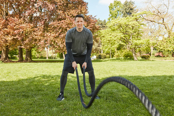 Mann bewegt wilde Seile im Park