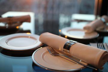 夕日の映えるレストランでのテーブルセッティング