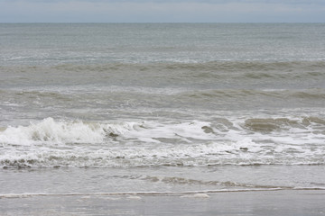 Wellengang an einem italienischen Strand.
