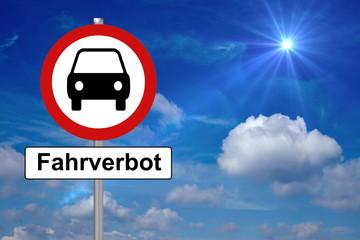 Fahrverbot / Verkehrszeichen mit einem Auto und dem Wort Fahrverbot