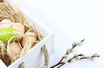 Obraz Dekoracja na Wielkanoc - niemalowane jajka i drewniana skrzynka - białe tło - fototapety do salonu