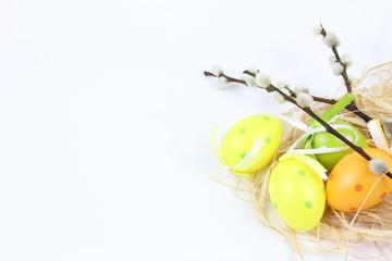 Obraz Wielkanoc - Kolorowe pisanki i bazia - białe tło - fototapety do salonu