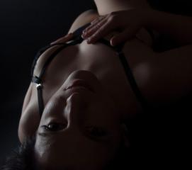 frau in dessous liegend sexy