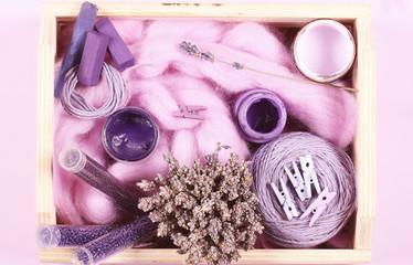 предметы лавандового цвета на фиолетовом фоне