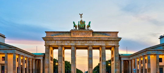 Photo sur Aluminium Berlin Brandenburg gate illuminated at sunset , Berlin, Germany