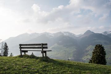 Parkbank vor Alpenpanorama