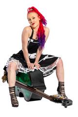 Rock'n'Roll Sängerin mit roten Haaren sitzt auf einem Kontrabass