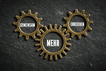 """Zahnräder mit der Nachricht """"Gemeinsam mehr erreichen"""""""