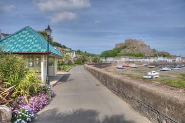 Le port de Gorey et le château Mont-Orgueil sur l'île Anglo-Normande de Jersey