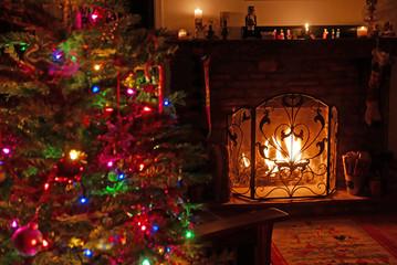 Innenraum mit Weihnachtsbaum und Kaminfeuer