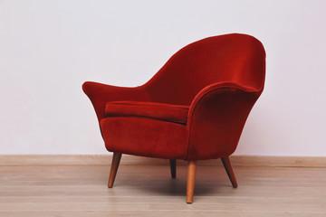 fauteuil  velours rouge type crapaud années 1950