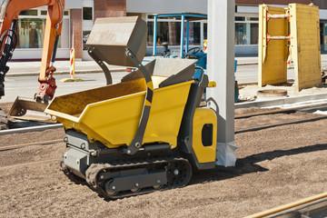 Ein gelber Minidumper steht auf einer Gleisbaustelle
