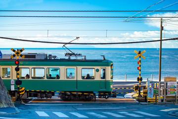 江ノ電 鎌倉高校前駅の踏切 /江ノ電を象徴する風景
