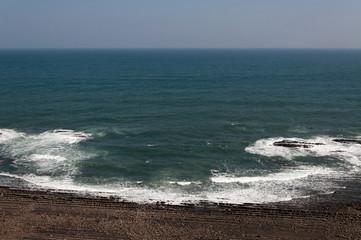 鬼の洗濯岩に打ち寄せる波