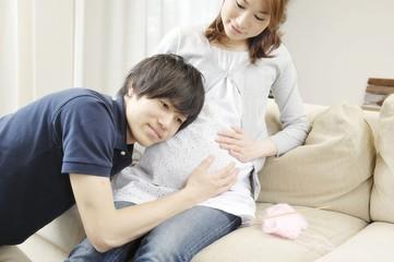 妊娠した妻と若い夫