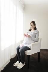編み物をする妊婦