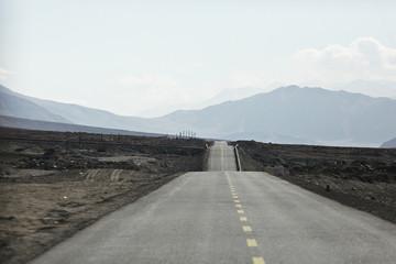 Fotobehang Kanaal mountain road in tibet