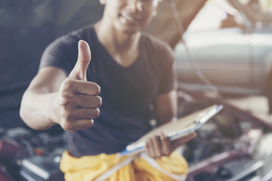 auto mechanic show a thumbs up after the car check.