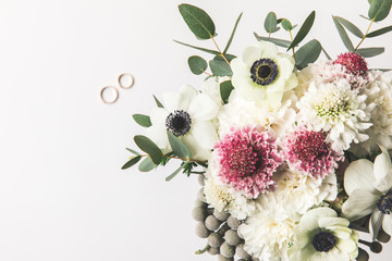 top view of beautiful bridal bouquet and wedding rings isolated on grey Fototapete